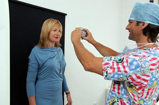 Lékař si moderátorku fotil před zákrokem, aby mohl následně porovnat výsledek.