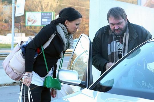 Gábina s Pepou u auta.