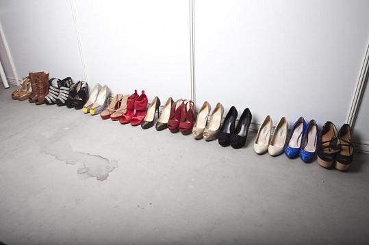 Přestože Danieliny boty nejsou v záběru většinou ani vidět, kráska jich má v šatně pěknou zásobu.