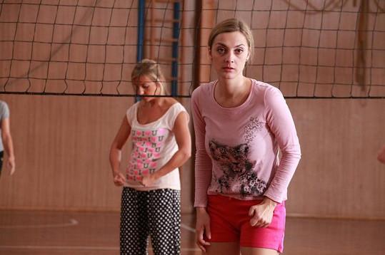 Bára jako tělocvikářka v seriálu.