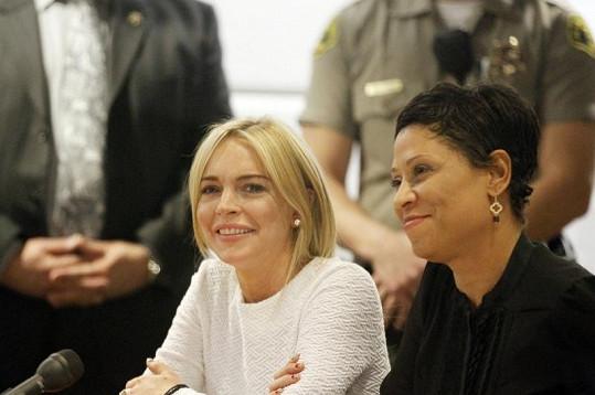 Lindsay si ze soudů už těžkou hlavu nedělá. Na snímku se svou právničkou Shawn Chapman Holleyovou.