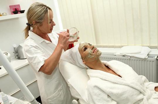Kosmetička Hance nanáší biologický peeling.