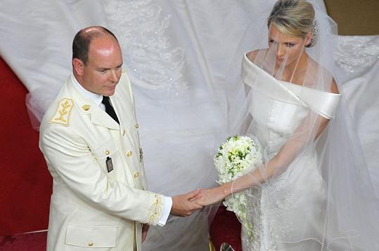 Kníže Albert II. s Charlene Wittstock během církevního obřadu.