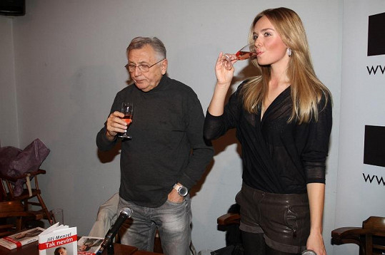 Taťána Kuchařová s Jiřím Menzelem si křest užili.