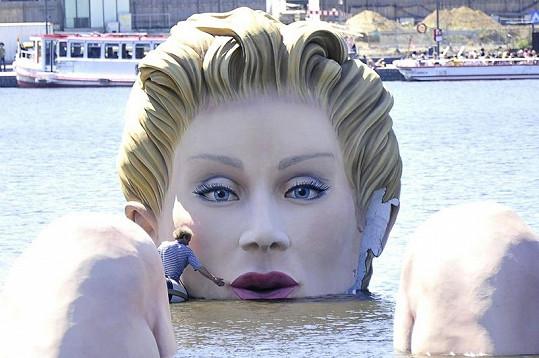 Poslední úpravy velkolepé blondýnky.