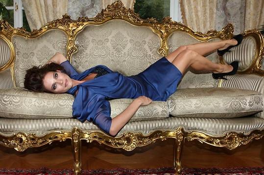 Andrea v kluxusním modrém modelu v hotelu Alchymist.