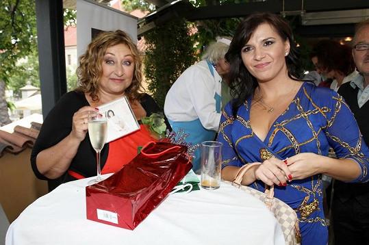 Dámy si navzájem předaly dárky. Halina věnovala Andree svou novou knihu a Andrea na oplátku Halině předala cédéčko.