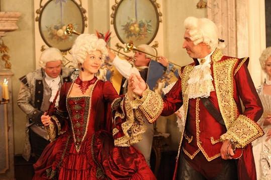 Sabina Laurinová a David Suchařípa hrají královský pár.