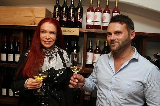 Matragi si přiťukla s majitelem podniku, svým dlouholetým kamarádem Tomášem Blahutem.