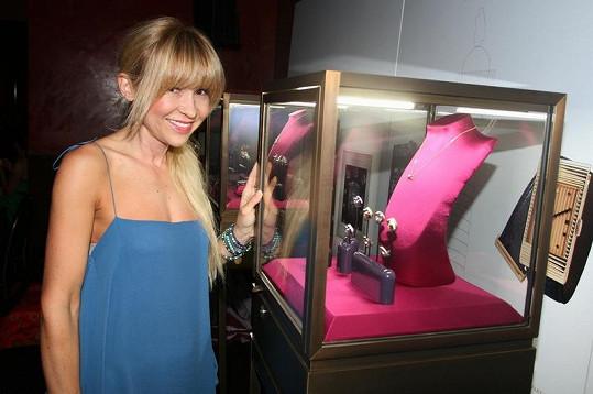 Kateřina obdivovala vystavené šperky, které předváděly také modelky.