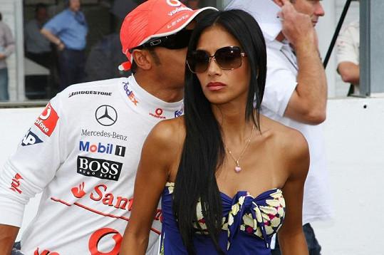 Zpěvačka a její přítel Lewis Hamilton.