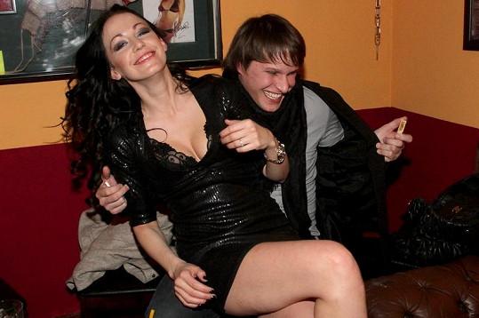 Agáta Hanychová a její zraněný přítel Mirek Dopita.