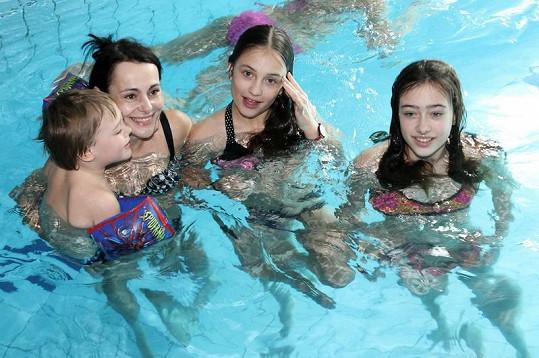 Vendula Křížová s dětmi v bazénu.