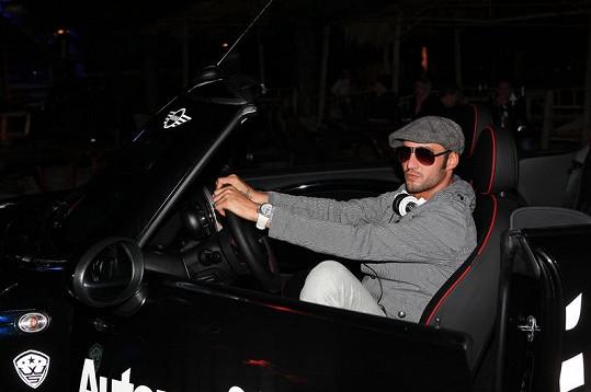 Sámer se pochlubil novým autem.