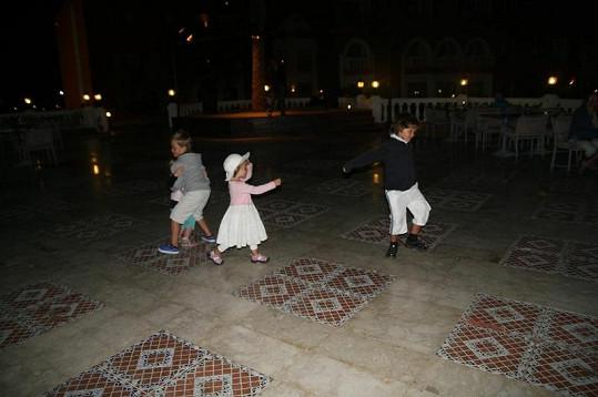 Večerní sourozenecký tanec.