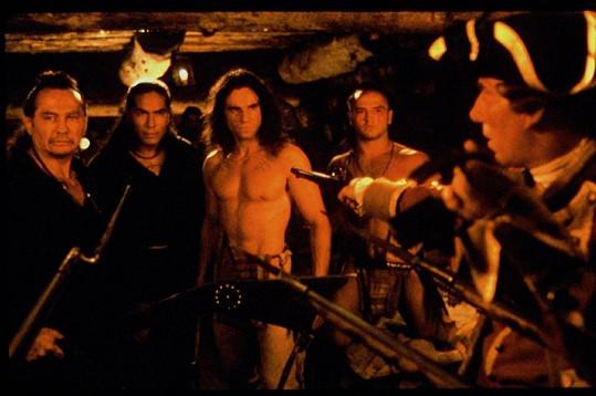 Russel Means (vlevo) v Posledním Mohykánovi.