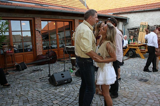 Manželé Bendlovi tančí na svatbě Romana Horkého.