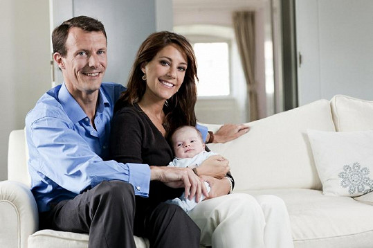 Šťastný královský pár s princem Henrikem.