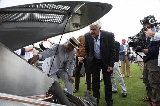 Jay Leno si pozorně prohlíží motor Tatry 77A.