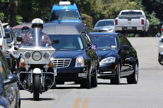 Pohřební vůz s rakví provázeli policisté na motorkách.