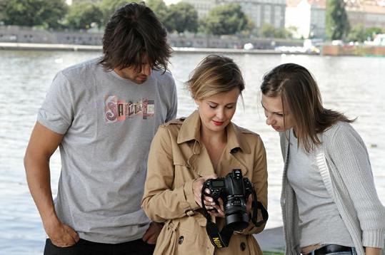 Daniel Zahrádka, Lucie Janků a Jitka Schneiderová si po focení prohlíželi pořízené snímky.