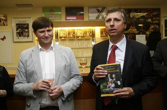 Bývalý premiér Jan Fischer pokřtil knížku o divadle, které navštěvuje již dlouhá léta.