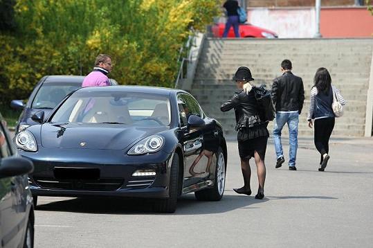 Bára Nesvadbová opouští Porsche Panamera za několik milionů korun.
