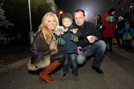 Michaela Ochotská s partnerem a jeho synem.