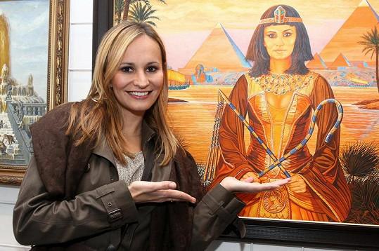 Monika na vernisáži, kde vystavili její obraz v kostýmu Kleopatry.