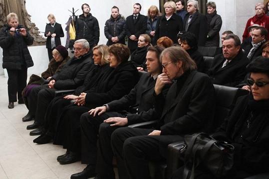 Rodina a přátelé v obřadní síňi. Jiří s Helenou si sedli daleko od sebe.