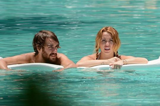 Představitelka Hannah Montana je sice zasnoubená, ale volné chvíle tráví bez svého milého.