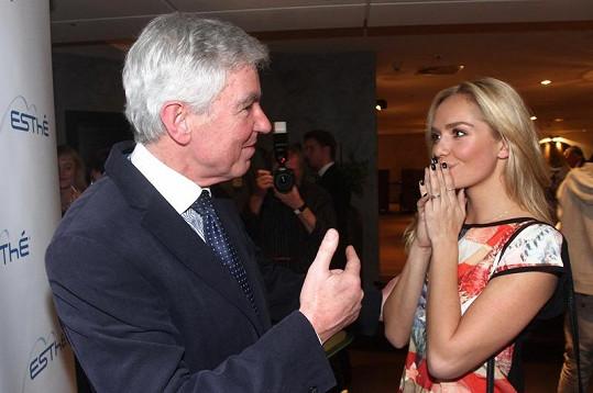 Táňa se vítá s docentem Měšťákem.