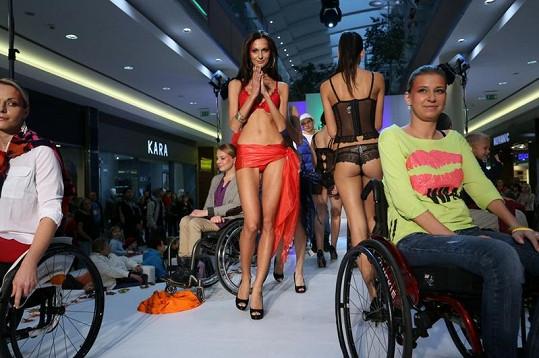 Na přehlídce kromě profi modelek nechyběly ani krásné vozíčkářky.