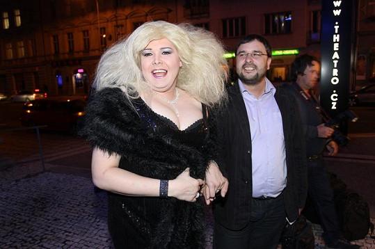 Travestita Pavel Kieweg napodobuje Ivetu Bartošovou a její příšernou vizáž z vystoupení v pořadu Česká hvězda.
