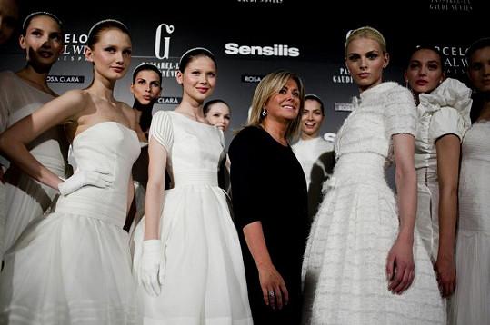 Návrhářka Rosa Clará se svými modelkami a jedním modelem.