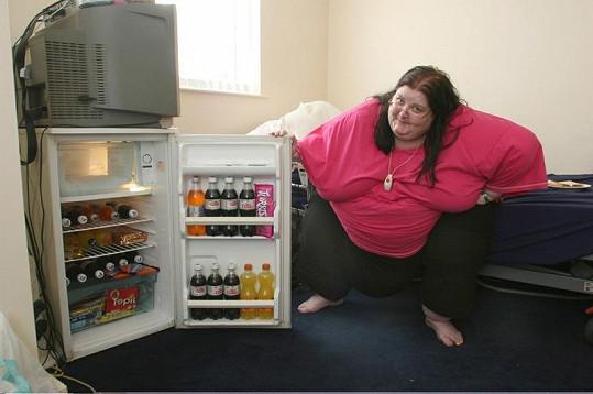 Brenda má lednici doslova po ruce.