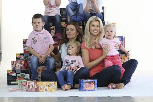 Bendová a Vítová s dětmi.
