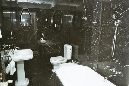 Obě koupelny apartmá jsou vyvedeny v mramoru.