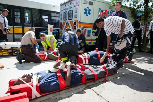 Záchranáři ošetřili zraněné a převezli je do nedaleké nemocnice.