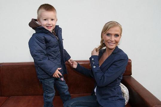 Michaela Ochotská s tříletým synem přítele Michala.