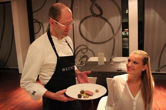 Dobrůtky od šéfkuchaře oceněného dvěma michelinskými hvězdami ochutnávala pět hodin.
