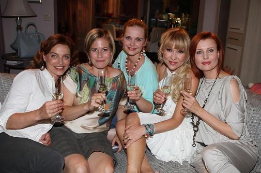 Hlavní hrdinky seriálu Ententýky, zleva Lucie Zedníčková, Zuzana Kajnarová, Kristýna Kociánová, Kateřina Herčíková a Jitka Schneiderová.