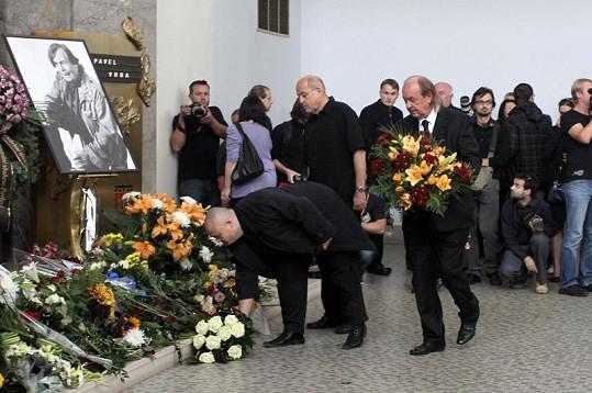 Květiny kamarádovi přinesl i hudební producent František Janeček (vpravo).