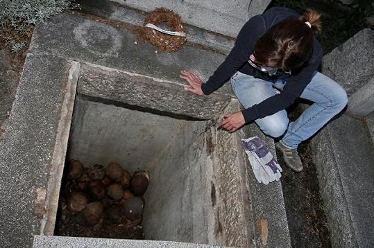 Pohled do hrobů byl děsuplný.