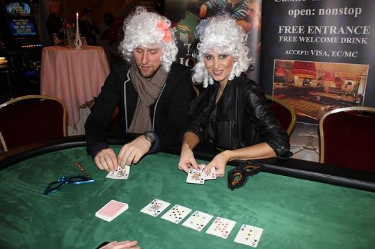 Kateřina Průšová si s přítelem Davidem zahrála poker, pravidla moc neřešila.