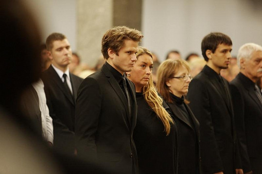Ondřej Brzobohatý s rodinou na pohřbu svého otce Radka Brzobohatého.