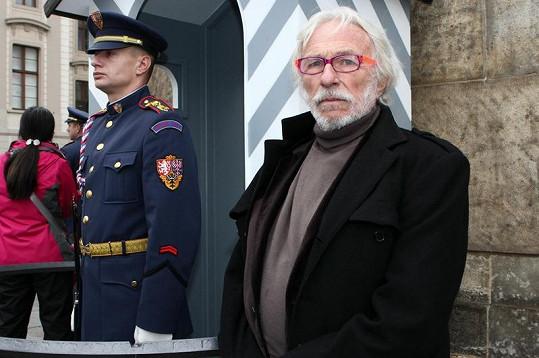 Pierre Richard s příslušníkem hradní stráže.