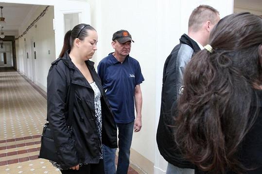Do soudní síně vchází obviněná Zuzana H., která nařkla Červína z toho, že jí vykradl bankovní účet.