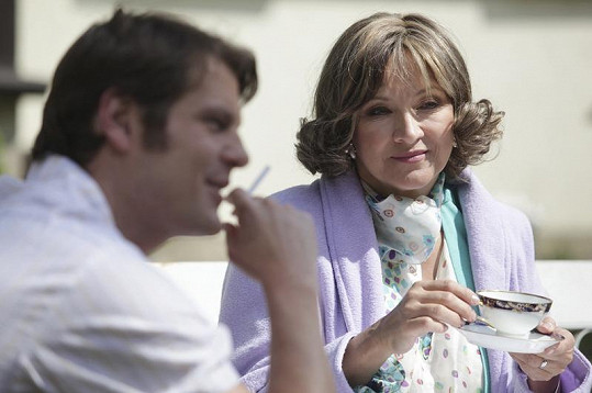 Zlata Adamovská jako Scarlet se svým seriálovým synem Jardou Francem v podání Onřeje Veselého.