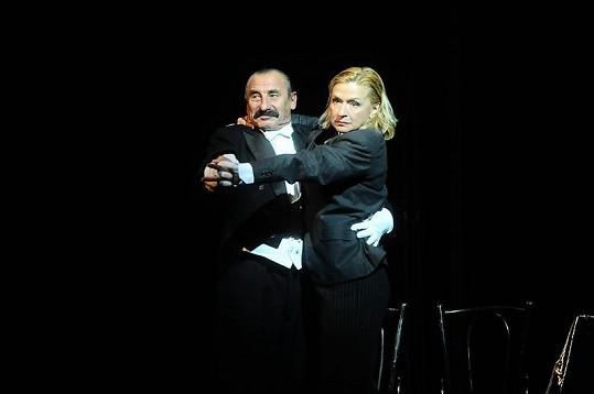 Jana Paulová ztvárnila roli neúspěšné herečky Victorie, která musí předstírat, že je muž. Pak musí ale odhánět Pavla Zedníčka, který ztvárňuje roli jejího homosexuálního šéfa.